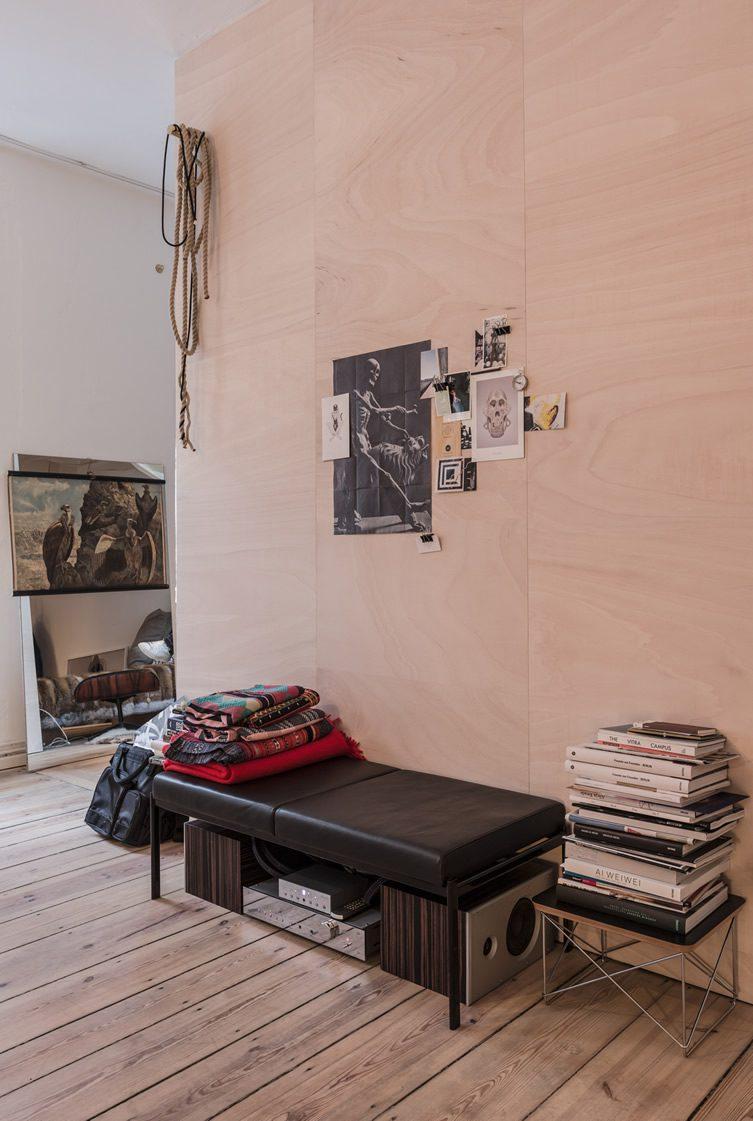 vitra and freunde von freunden apartment berlin. Black Bedroom Furniture Sets. Home Design Ideas