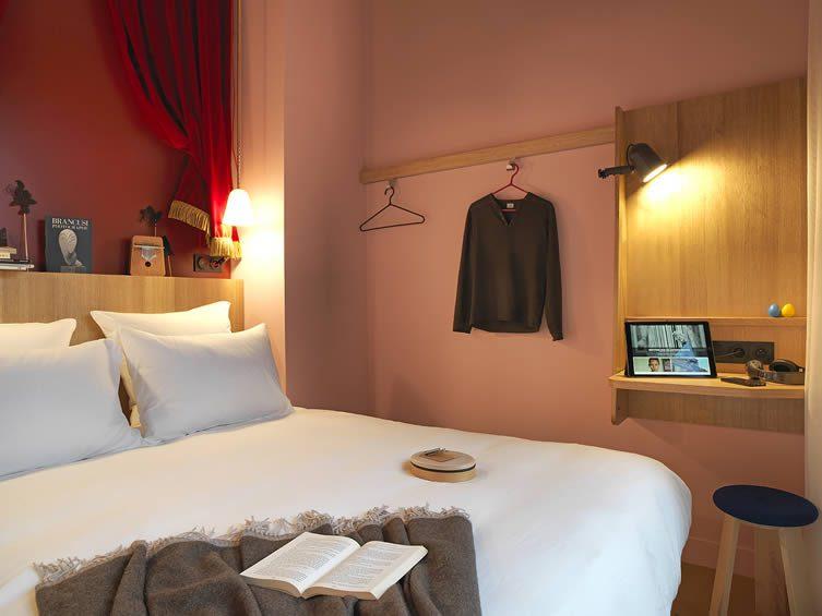 Mob hotel paris philippe starck design hotel with cyril for Hotel design paris 5