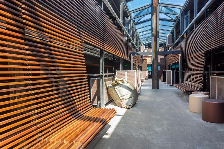 Off paris seine floating hotel and bar for Le jardin hivernal du off paris seine