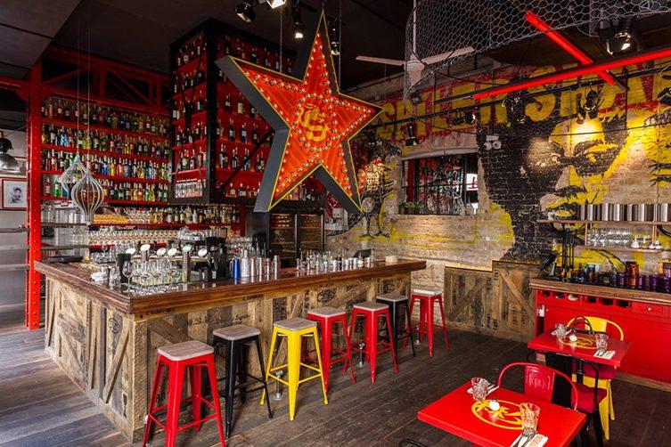 Spiler shanghai budapest - Como decorar un bar ...